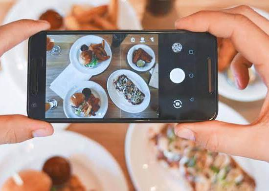 Celular tirando um fotografia digital de uma refeição
