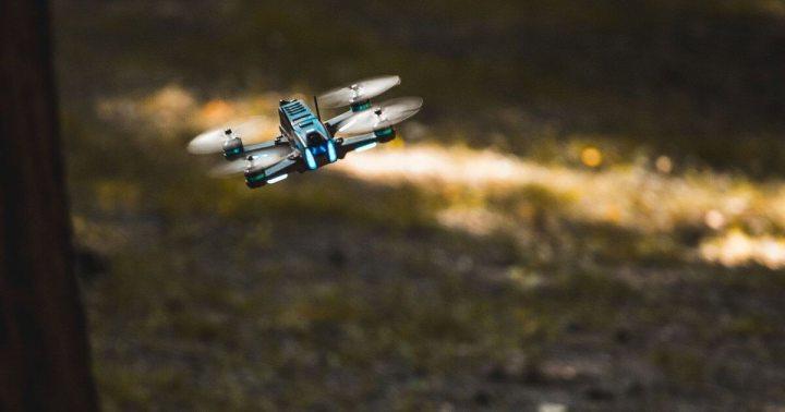 Drone Uvify Draco em uma floresta