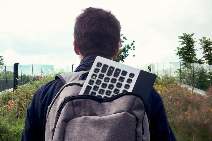 Teclado Nemeio dentro de uma mochila, apresentado na CES 2019