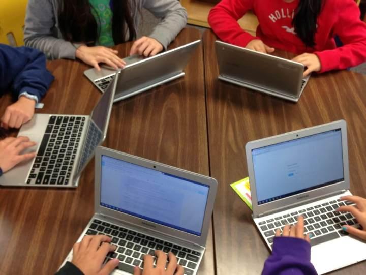 Jovens usando Chromebook para estudar no Google Docs