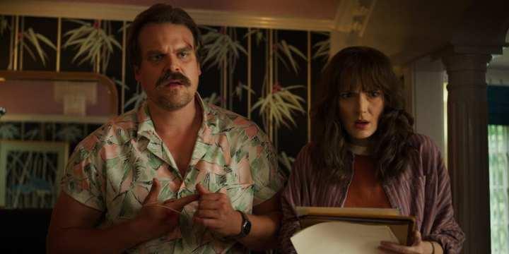 Jim Hopper e Joyce na 3ª temporada de Stranger Things