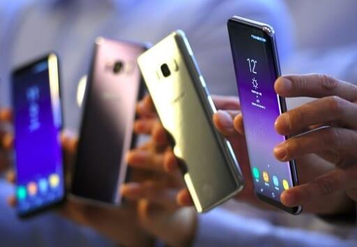 pessoas segurando celulares considerado top de linha