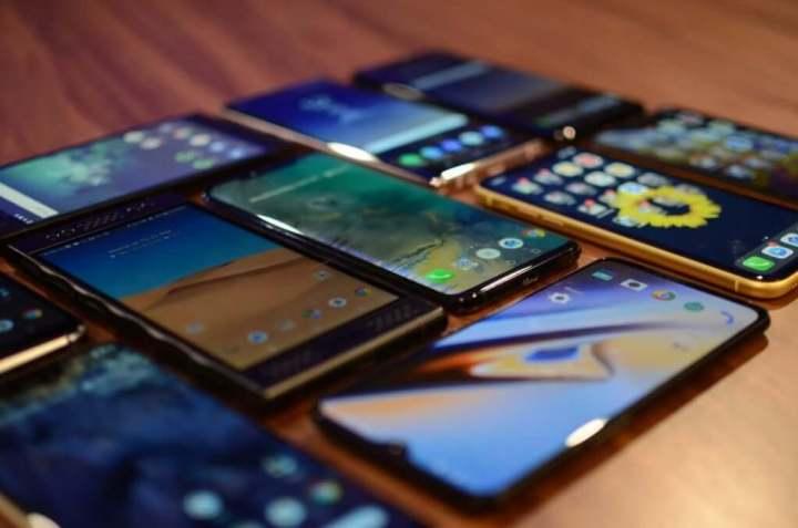 celulares de várias marcas e tecnologias em cima de uma mesa