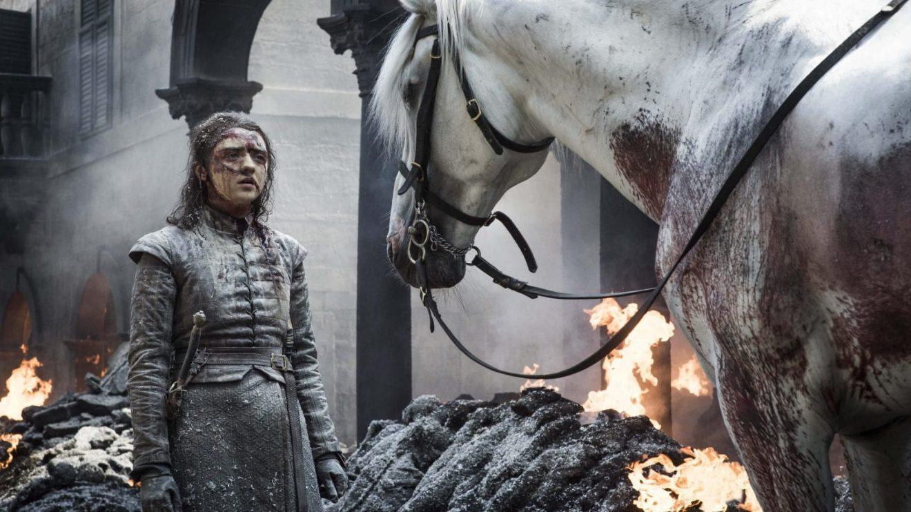 Arya encontrando um cavalo sobrevivente em Porto Real.