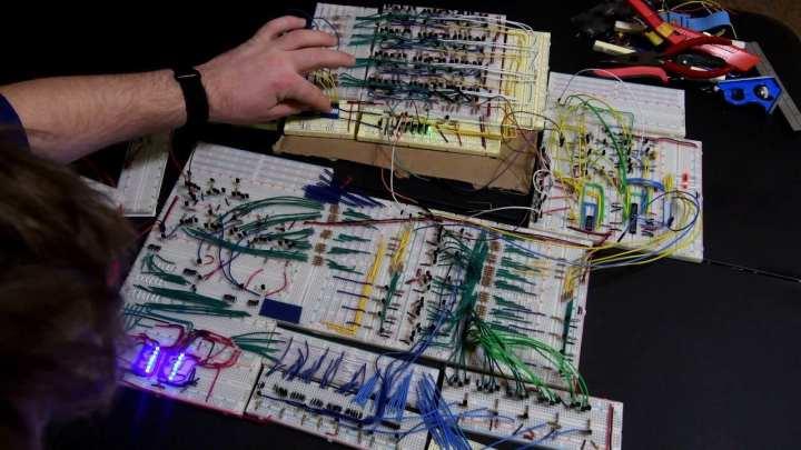 Existem dois tipos de transistores, o do tipo p e n