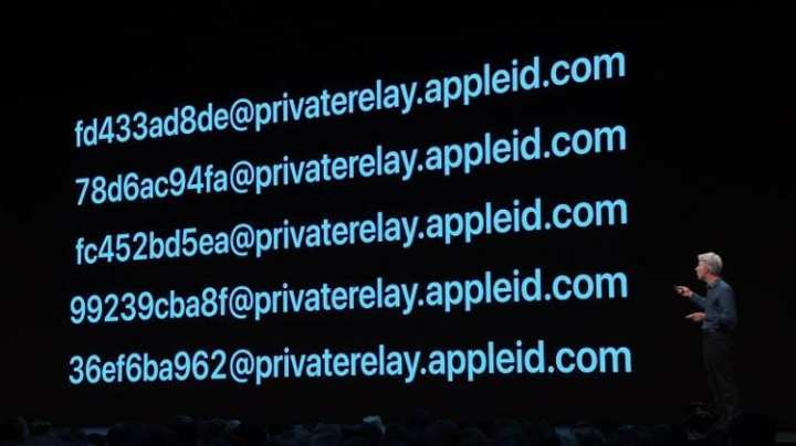 E-mails randômicos do Sign With Apple.