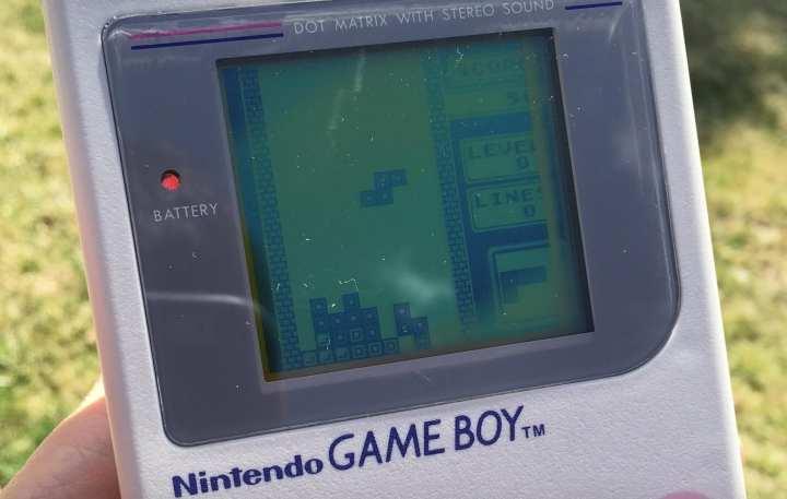 Na foto, um GameBoy rodando Tetris.