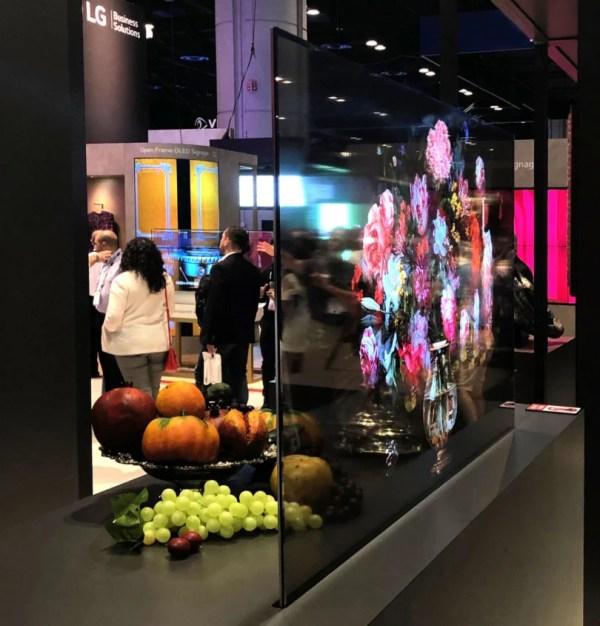 A tela é capaz de interagir com objetos reais, deixando a exibição ainda mais bonita