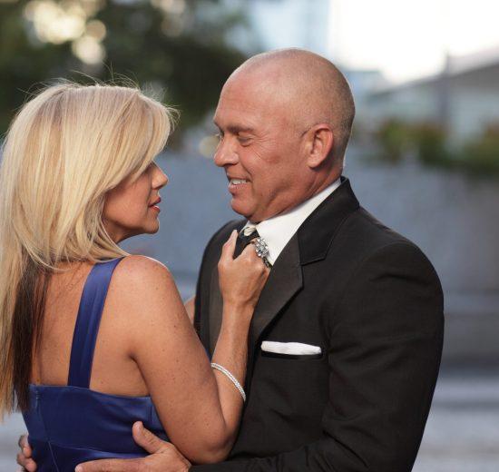 Casal apaixonado em traje formal