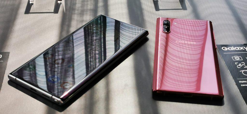 Ambas os lados dos aparelhos são revestidos pelo vidro Gorilla Glass 6