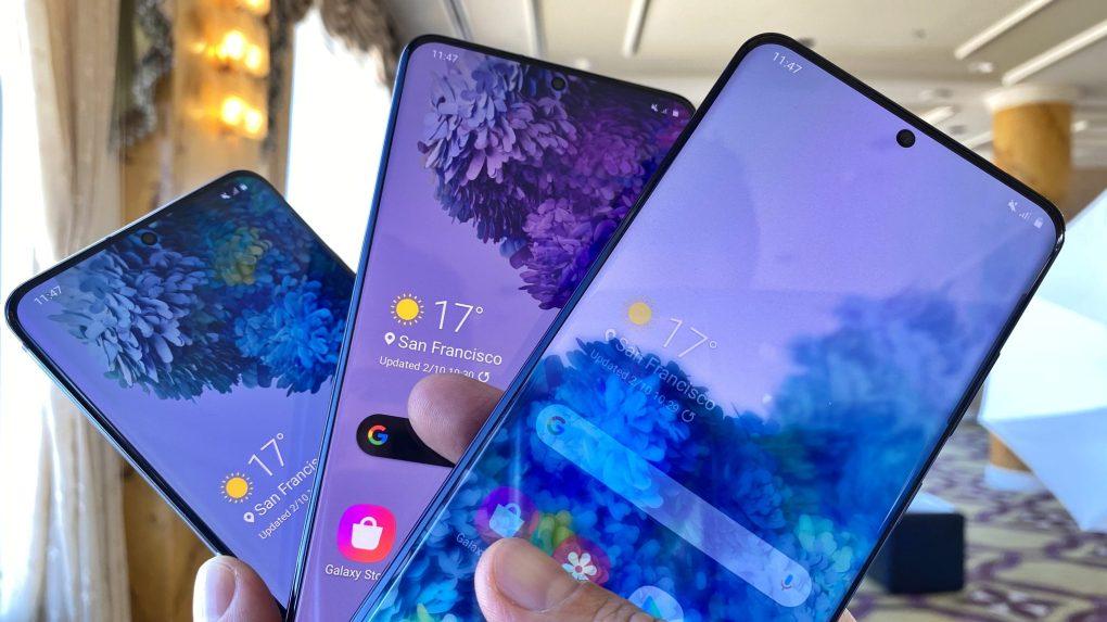 Galaxy S20, S20+ e S20 Ultra, segurados em forma de leque, com papel de parede florido em variações de azul e roxo.