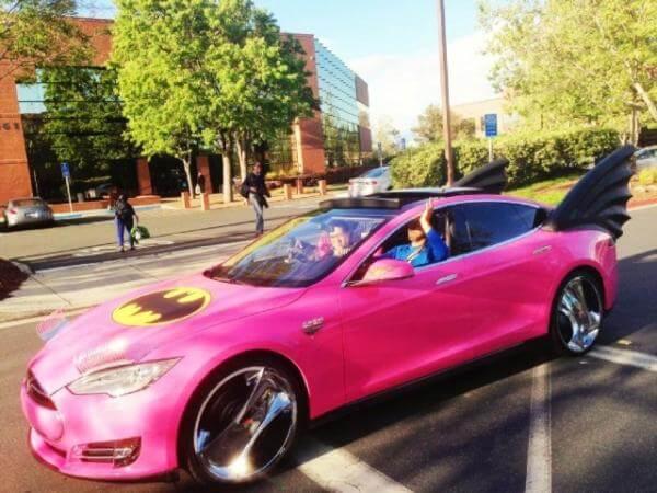 Sergey Brin passeando com seu Tesla S pela cidade.