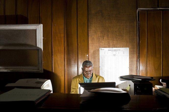 Funcionário de um banco do Tongo que descobriu uma conta ilegal de um ministro recém falecido e precisa transferir 18 milhões de dólares para sua conta.