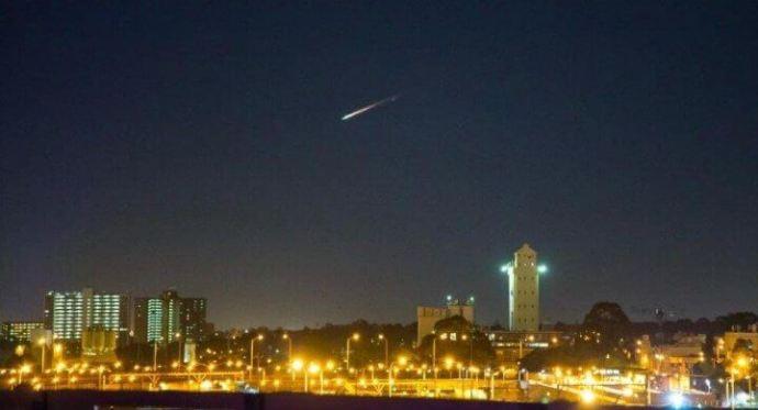Lixo espacial fez belo espetáculo no céu australiano ReproduçãoTwitterRegularSteven 720x390 - Lixo espacial é confundido com meteoro