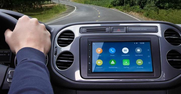 """O """"RNB6"""", protótipo da Parrot, promete transformar seu Calhambeque em um SmartCar Foto by: http://www.adslzone.net/app/uploads/2015/01/apertura-apple-android-parrot.jpg"""