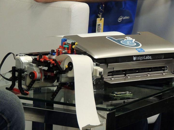 impressora braile lego 720x540 - Garoto de 13 anos mostra impressora braile feita de Lego