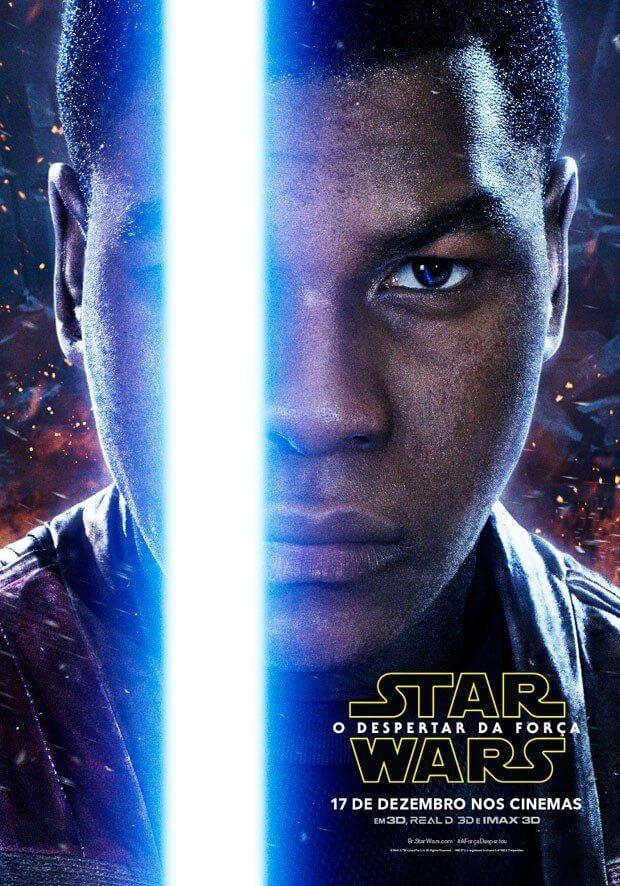 Finn (John Boyega) segura o sabre de luz azul que foi de Anakim