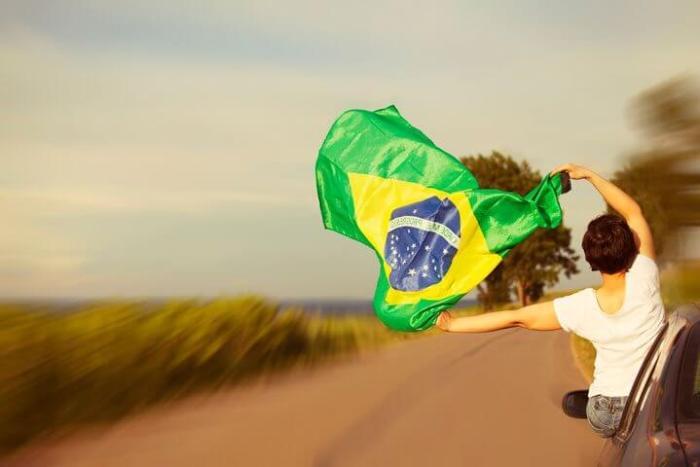 Dirigindo pelo Brasil com bandeira 720x480 - Brasil é o 20º melhor país para dirigir, segundo Waze