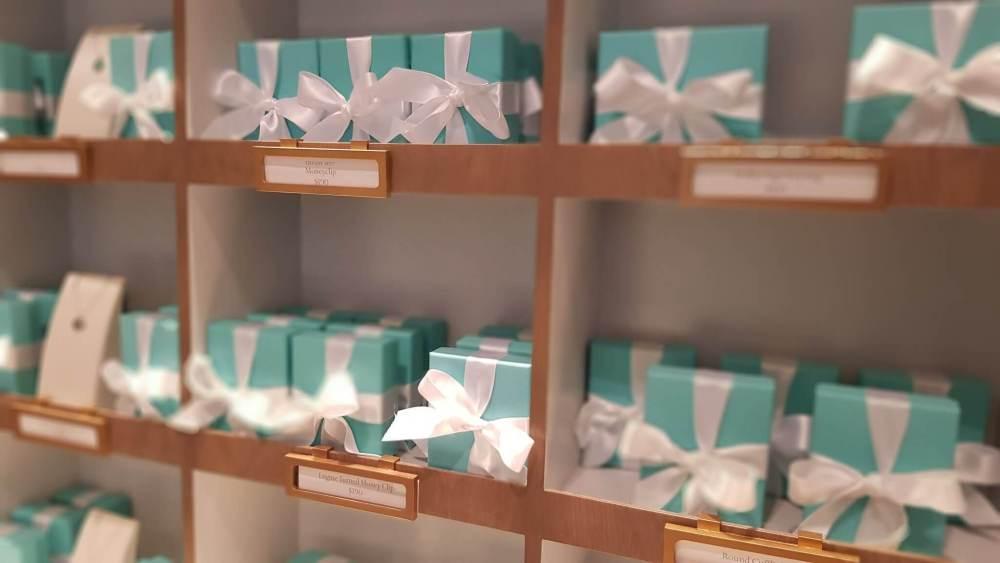 As famosas caixas da Tiffany, em cor patenteada pela empresa.