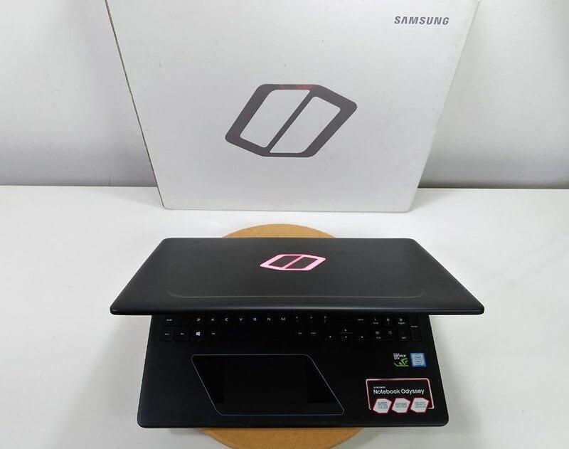 tampa e logotipo odyssey samsung - Review: Samsung Odyssey, o notebook gamer com placa de vídeo de desktop