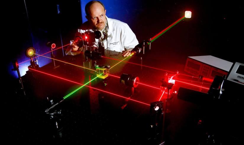 US Navy 110419 N HW977 339 Daniel King prepares alignment of various optical components using eye safe visible lasers 320x190 - Confira 5 usos da tecnologia quântica em nosso dia a dia