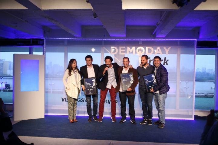Foto com os representantes das cinco startups junto de Hilton Menezes, cofundador da Kyvo, em evento do dia 24 de outubro.
