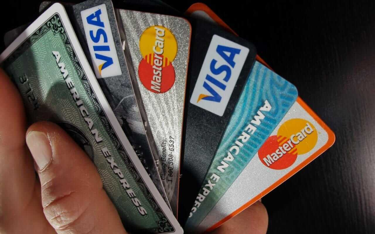 """94788786 FILE   In this March 5 2012 file photo consumer credit cards are posed in North Andover Mas xlarge trans NvBQzQNjv4BqH8SigKU VeU0bP0BbEQoy4b6hFUUKslySOqE9BSp8fQ - Frank Abagnale, de """"Prenda-me Se For Capaz"""", explica como proteger seu dinheiro"""