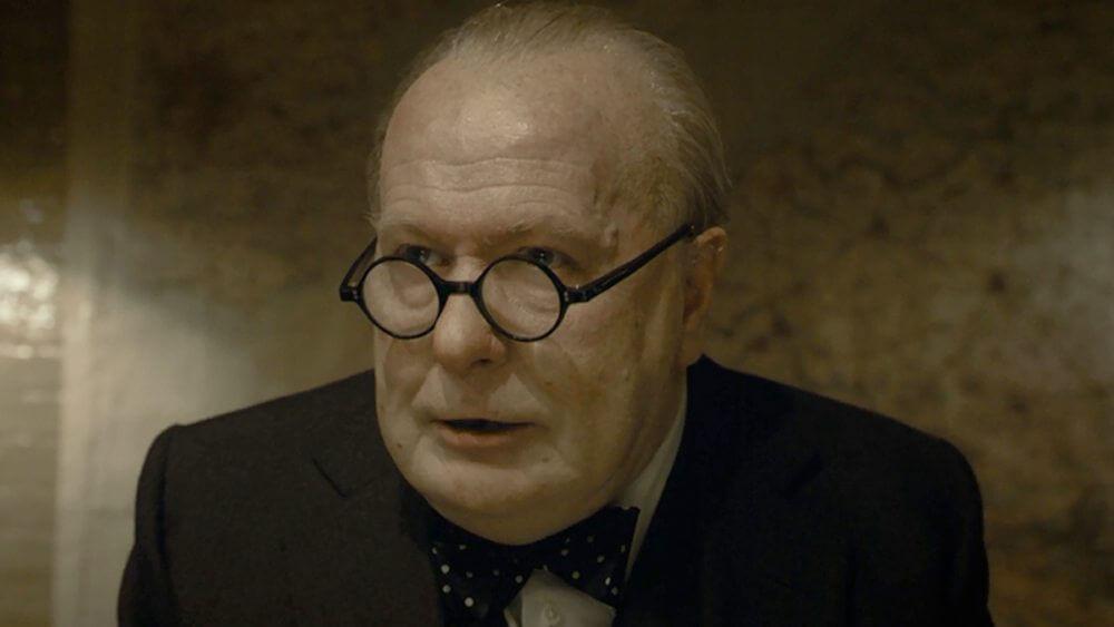 """O irreconhecível Gary Oldman, como o Primeiro Ministro britânico Wiston Churcill em """"O Destino de Uma Nação"""""""