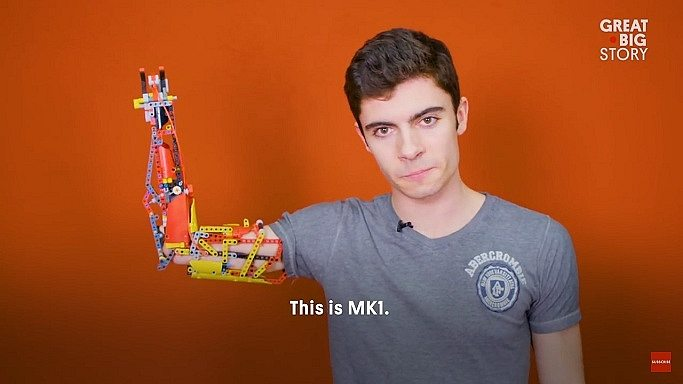 Jovem usa LEGO para construir braço protético 10