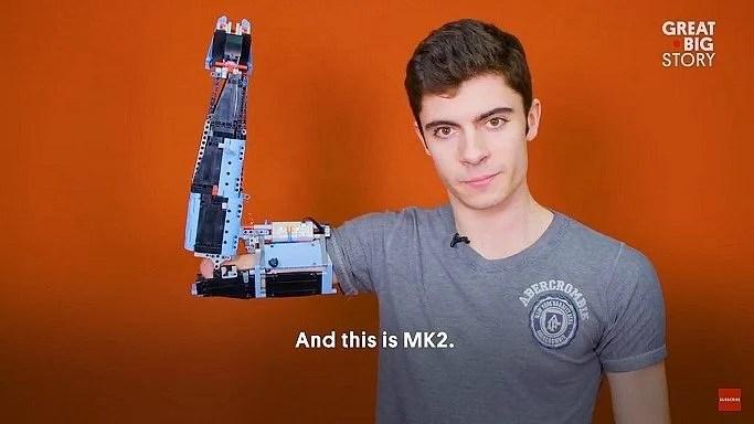 MK2 - Jovem usa LEGO para construir braço protético