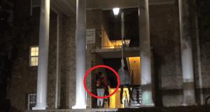La broma del ahorcado en las escaleras por Halloween