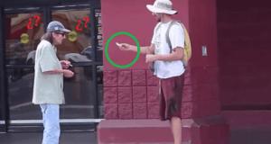 Jóven mendigo pidiendo en la calle