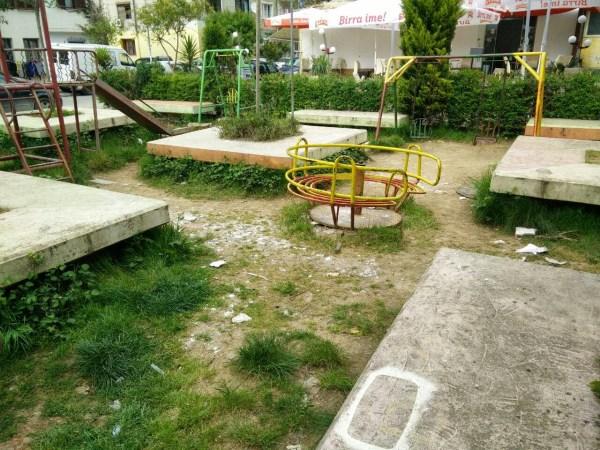 *Kjo foto është bërë në një lagje të Tiranës dhe supozohet të jetë një ambient e këndshëm e i sigurt për luajtur fëmijët. Gjykojeni vetë...
