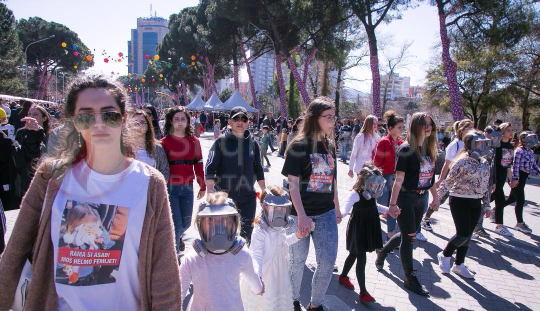 """""""Rama si Asad. Mos i helmo fëmijët"""", marshimi i heshtur i të rinjve në Tiranë kundër përdorimit të gazit lotsjellës nga policia. -"""