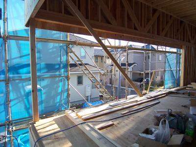 トラス梁で浮いた屋根と仮柱