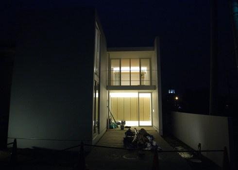 玄関アプローチの夜景