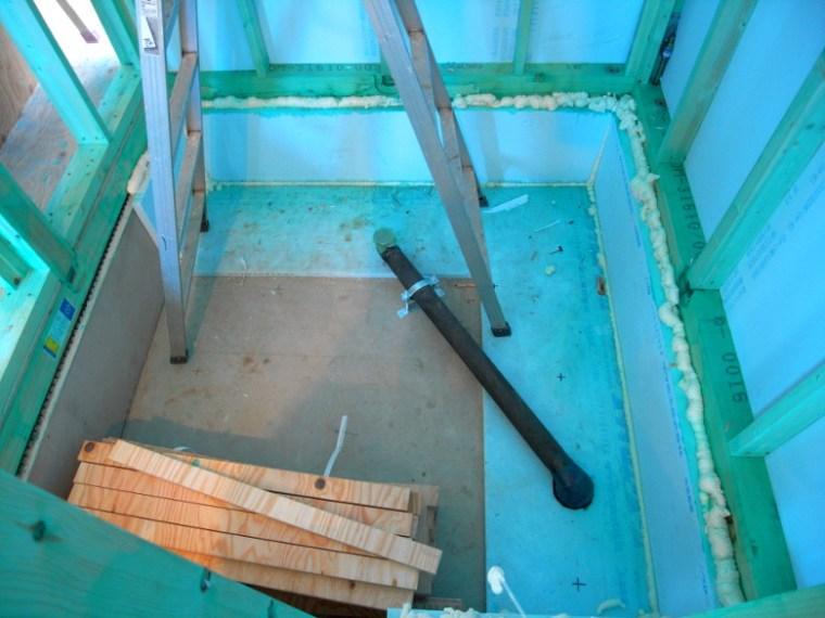 隙間なく充填された基礎回りの断熱材