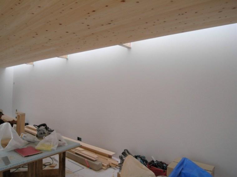 真っ白に塗装されたリビングの壁
