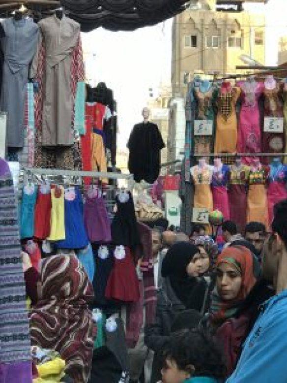 市集人聲鼎沸,圖中的衣服區基本上只有當地人才會逛。