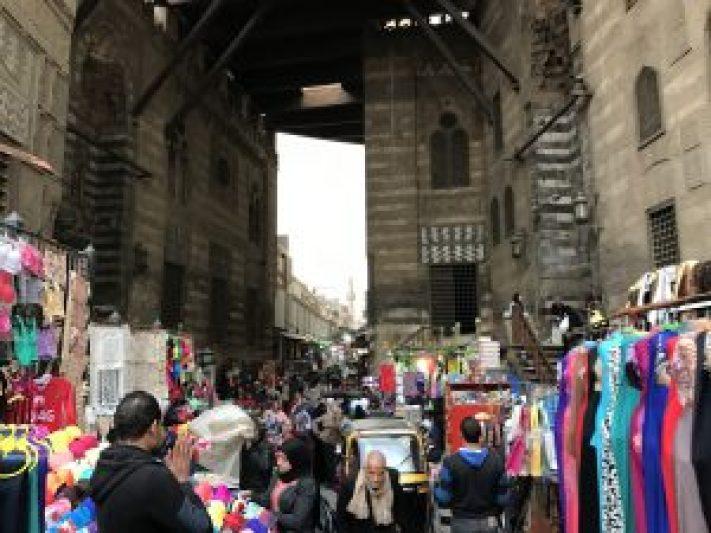 逛各種紀念品,邊欣賞旁邊韻味猶存的古老清真寺,上演一段愛情穿越劇。
