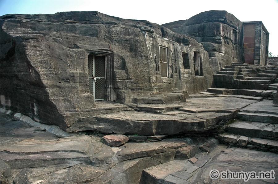 https://i0.wp.com/www.shunya.net/Pictures/NorthIndia/UdaigiriCaves/UdaigiriCaves03.jpg