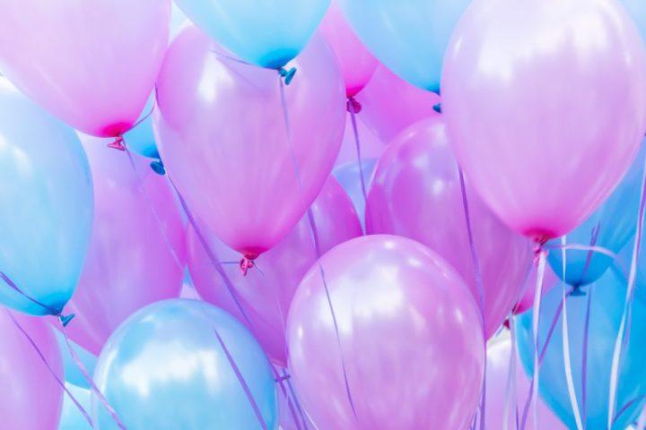 Muchos globos de colores de sirena en una cuerda para una fiesta de cumpleaños