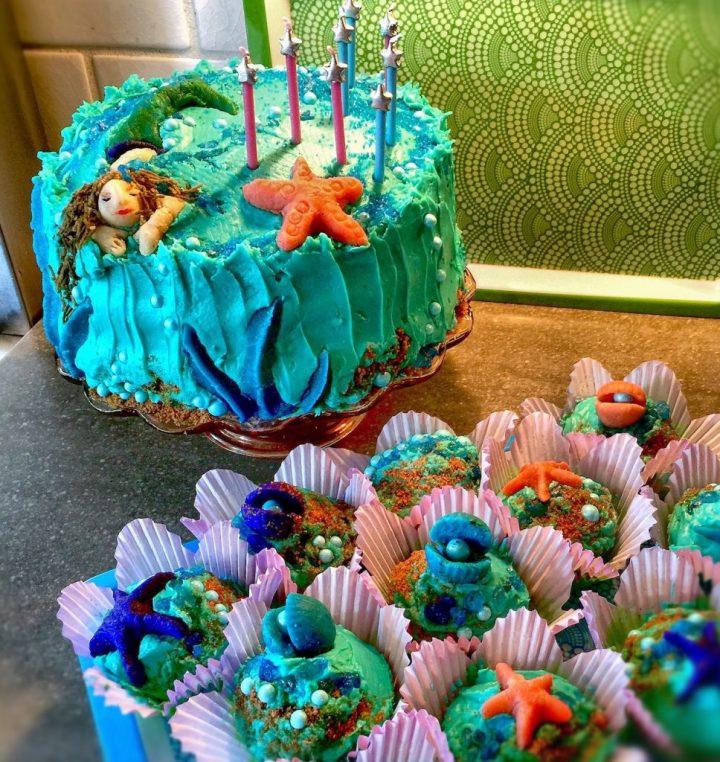 Pastel de cumpleaños de sirena en aguamarina, azul, verde y morado.