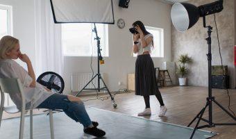 Fotograaf met model in de studio tijdens een fotoshoot