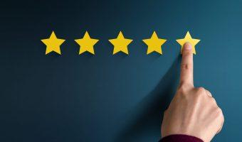 Hand van een klant die wijst naar een review met vijf sterren