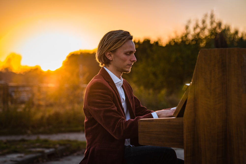 Eindhovense pianist speelt op straat piano bij zonsondergang
