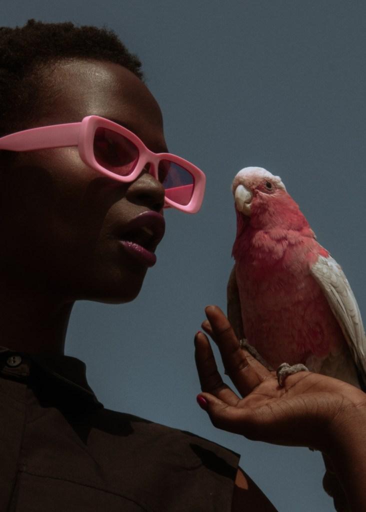 model Julia Sparrow met zonnebril en roze papegaai