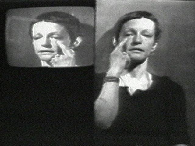 Image en miroir de la femme touchant son visage
