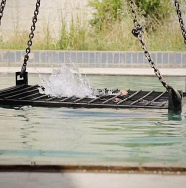 Isis nuova terribile esecuzione FOTO  Uccisi 5 prigionieri chiusi in gabbia e annegati  Si24