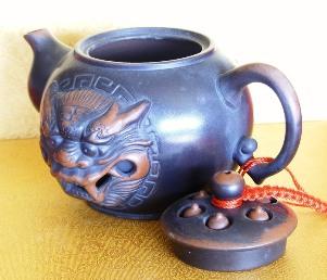 Teekanne im chinesischen Yixing-Design mit eingearbeitetem Löwenmotiv